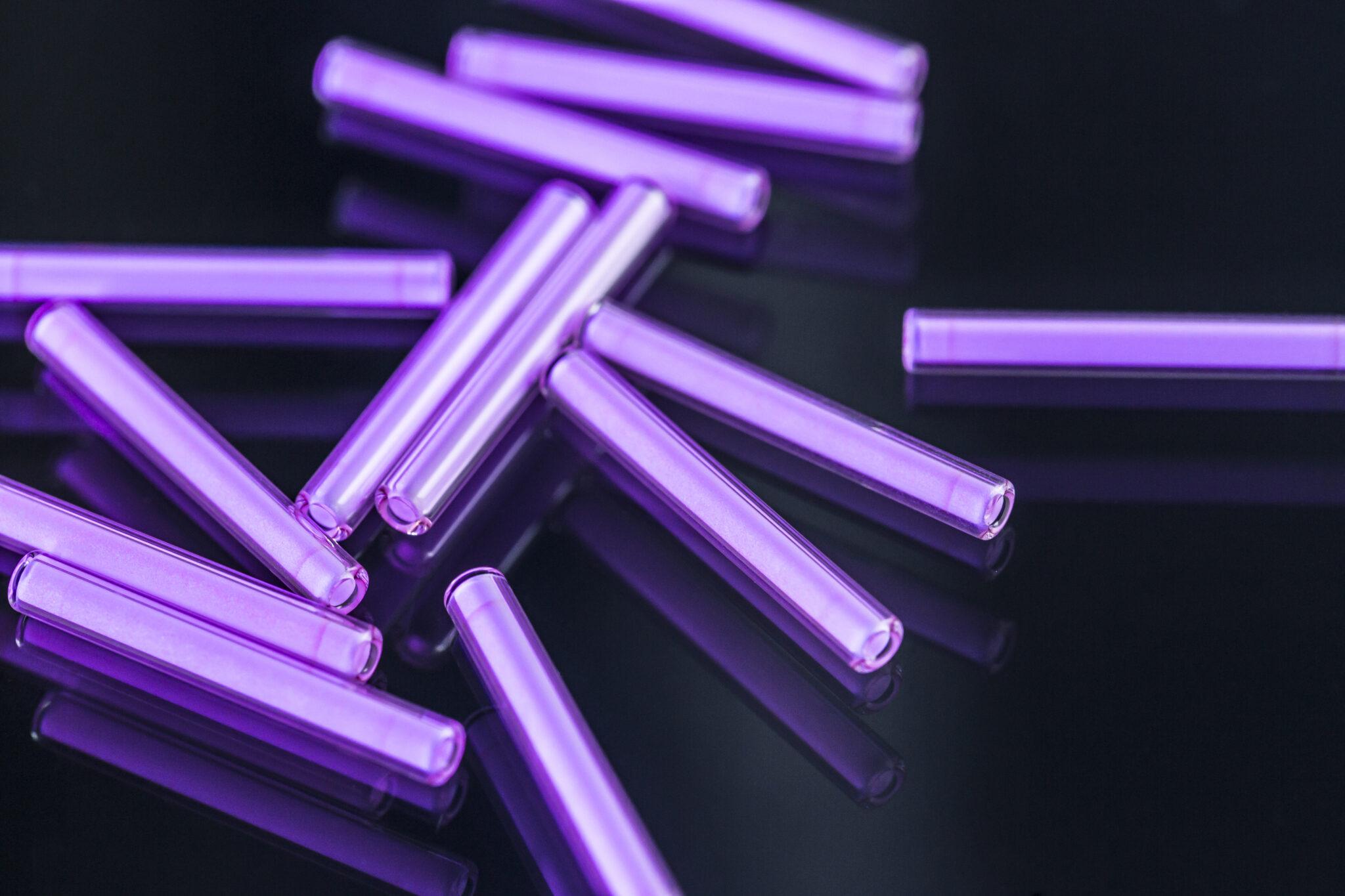 lila leuchtende Tritium-Röhrchen aus der Nähe