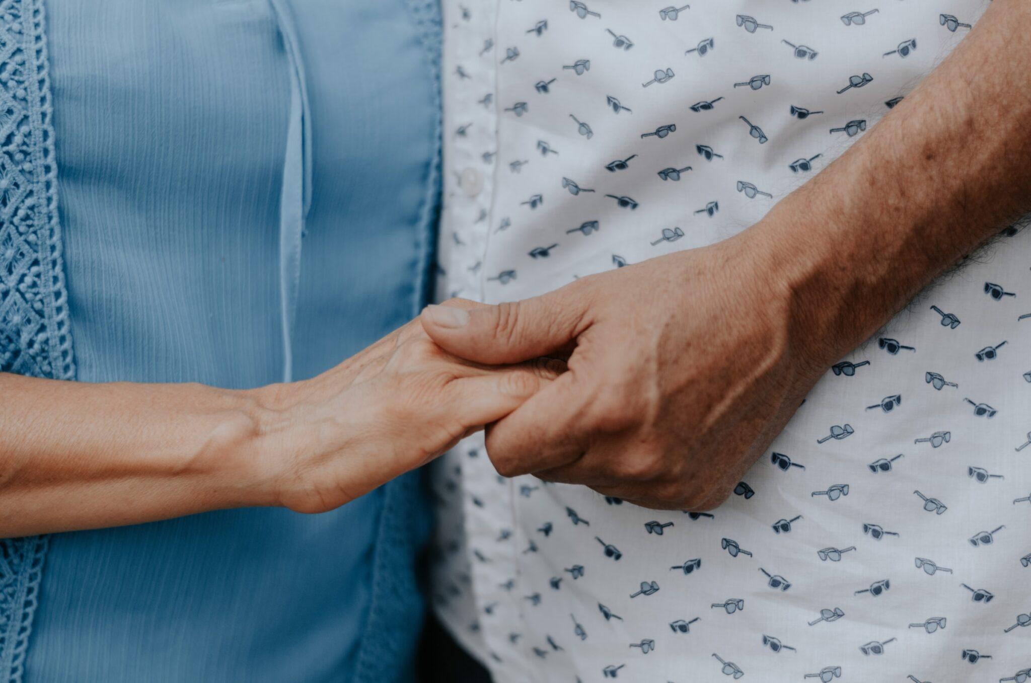 Zwei ältere Hände mit Falten.
