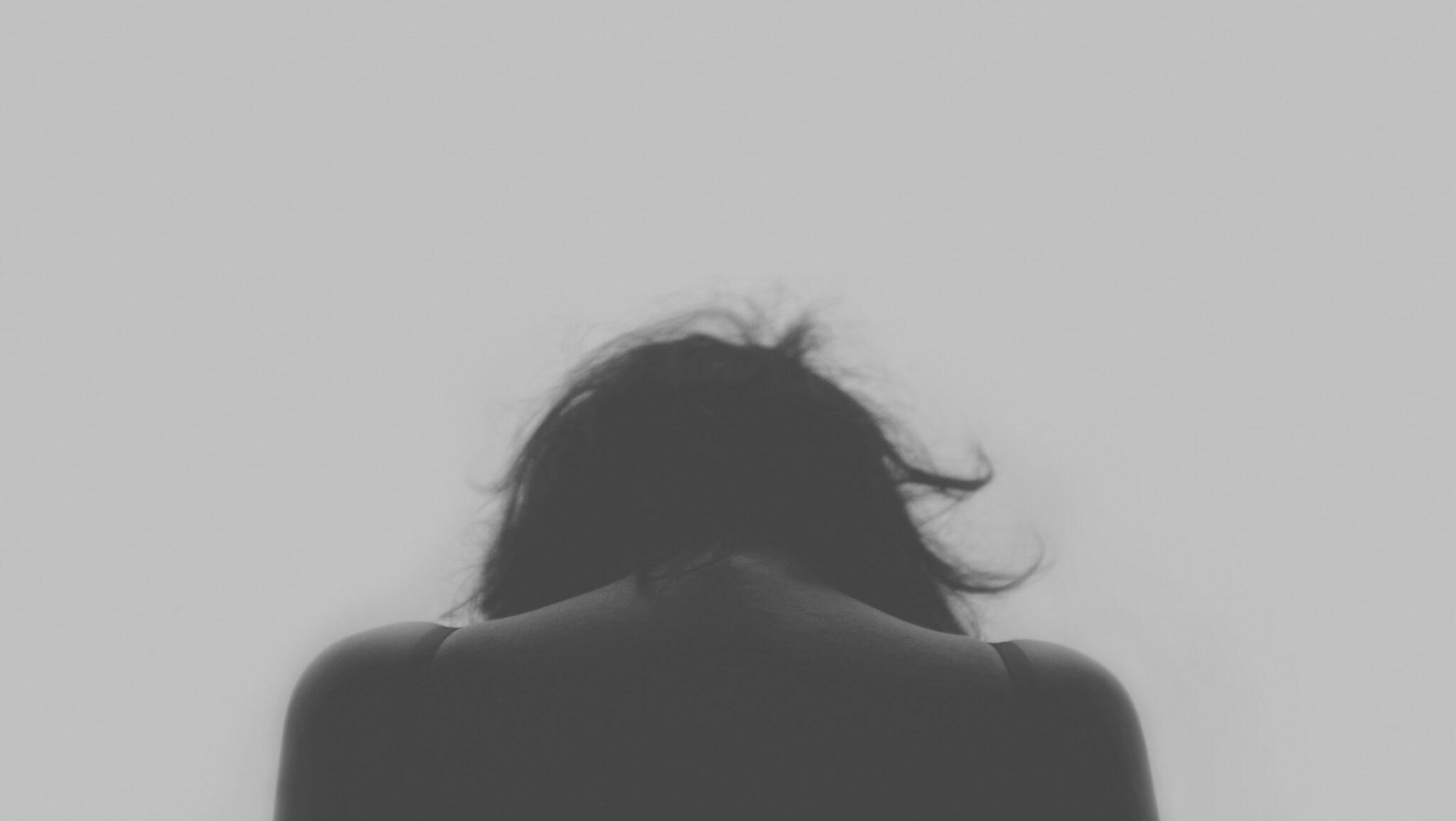 Frauenkopf von hinten, Schwarz-Weiss-Foto.