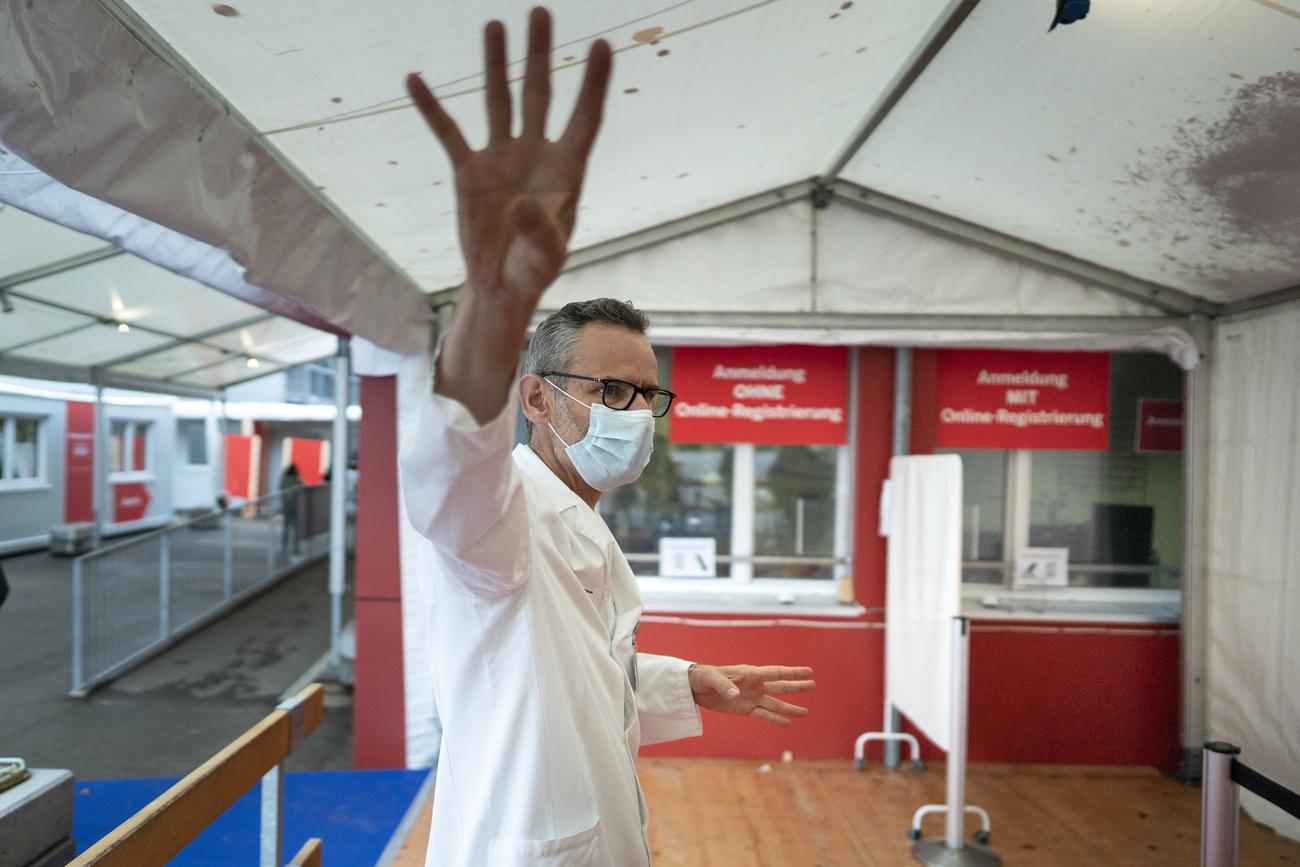 Urs Karrer, Chefarzt fuer Infektiologie, erklaert Medienschaffenden das wintertauglich umgebaute Covid-19-Testzentrum des Kantonsspitals Winterthur (KSW), am Donnerstag, 29. November 2020, in Winterthur.