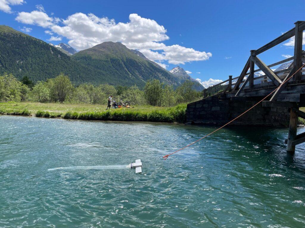 Das Schleppnetz schwimmt im Wasser.